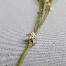 Breiter verschlungener Silberring mit Süßwasserperle. Gibts bei uns in der Körtestr in verschiedenen Größen. ab 139Euro