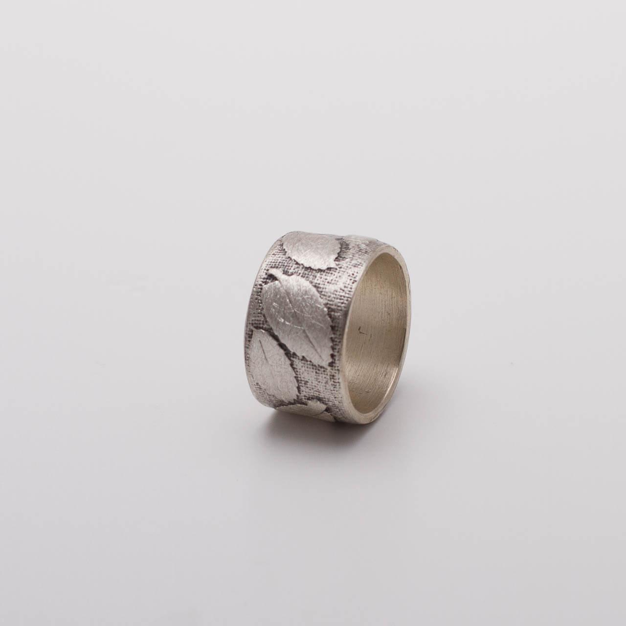 Breiter Silberrring mit Blattmuster, (Preisbeispiel 89Euro) leicht geschwärzt und mit Struktur, Preisbeispiel 89€, Breite 0,8cm Preisbeispiel