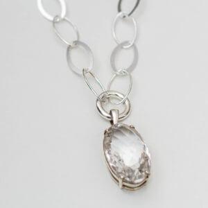 Bergkristallanhänger gefasst in Silber an einer leichten Gliederkette. Jeder Stein ist ein Unikat, eine schöne Auswahl gibt es bei der SchmuckGraefin in Kreuzberg.