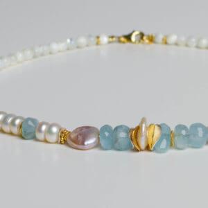 Süßwasserperlen, Aquamarin und zarte Elemente aus vergoldetem Silber - eine unschlagbare Kombination in zarten Farbtönen.