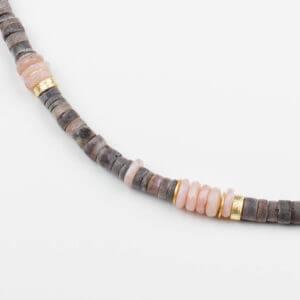 Besondere Halskette mit Perlen aus Muschel und Andenopal, die von feinen vergoldeten Scheiben aus 925 Silber unterbrochen werden.