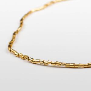 Zarte Halskette aus unregelmäßigen vergoldeten Perlen. Die klassische Goldkette neu interpretiert!