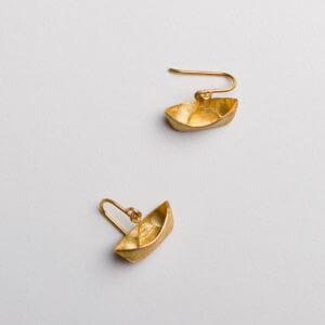 'Ein Schiff wird kommen' Ohrringe in Silber vergoldet. Gibt's auch als Kettenanhänger bei der Schmuckgraefin.