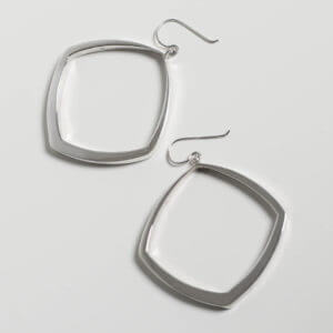 Große Ohrringe aus 925 Silber. Sie sind fast quadratisch und werden nach oben immer schmaler. Eine schwungvolle Form!