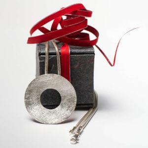 Silberkette mit mattiertem Anhänger. Geschenkverpackung.