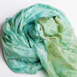 Bei uns gibt es Tücher und Schals in verschiedenen Materialien und Preisklassen. Kuschelige Wollschals im Winter und kühlende Seide für den Sommer. Ausgesuchte Qualität und wunderschöne Farben und Farbmuster.