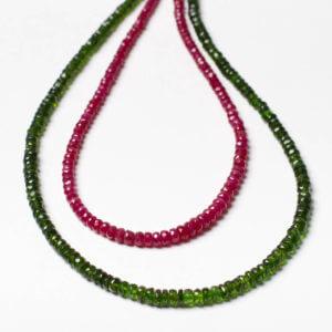 Eine grüne Chromdiopsidkette und eine rote Rubinkette. Klassisch facettierte Form. Bei uns im Schmuckgeschäft findest du Edelsteinketten in ganz verschiedenen immer ausgesuchten Qualitäten. Von rotem Rubin über blauen Saphir zur zarten Mondsteinkette.