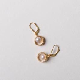Ohrringe aus eigener Werkstatt mit Süßwasserperle in Silber vergoldet. Preisbeispiel: 45€