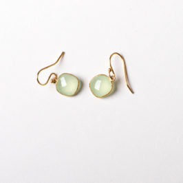 Kleiner Ohrring mit hellgrünem Stein