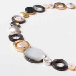 Design Schmuckgraefin Berlin. Collier aus Perlmutt in verschiedenen Naturtönen, Silber und Silber vergoldet.