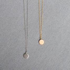Silberplättchen an feinen Ketten. Es ist möglich Buchstaben zu gravieren. Ketten in verschiedenen Längen. 925 Silber ab 37Euro. Schmuckgraefin Berlin in Kreuzberg