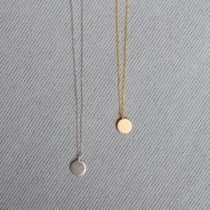 Silberplättchen an feinen Ketten. Es ist möglich Buchstaben zu gravieren. Ketten in verschiedenen Längen. 925 Silber ab 37 €. Bei der Schmuckgraefin Berlin in Kreuzberg