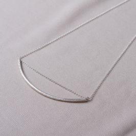 45cm lange Silberkette mit einem ca 10cm langen Silberröhrchen in der Mitte. Schmuckladen in Berlin Kreuzberg