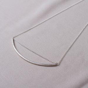 45cm lange Silberkette mit einem ca 10cm langen Silberröhrchen in der Mitte. In deinem Schmuckladen in Berlin Kreuzberg