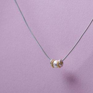 Silberkette mit verschiedenen Ringelementen.