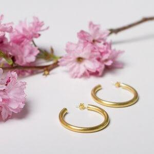 Creolen findest du bei uns in ganz verschiedenen Ausführungen. Hier : Silber vergoldet und schön leicht!