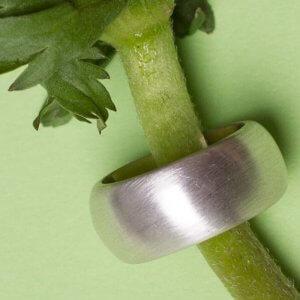 Massiver Silberring in verschiedenen Stärken und Breiten. Mattiert oder glänzend. Du findest deinen Ring bei der SchmuckGraefin in Kreuzberg.