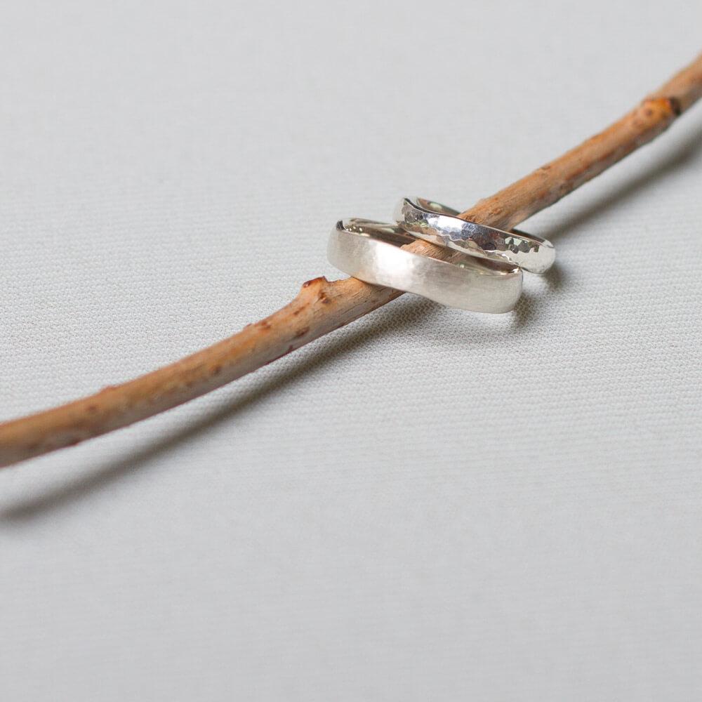 Freundschaftsringe. Hammerschlag, matt oder glänzend. Ringe für die Freundschaft findest du in Kreuzberg bei der Schmuckgraefin. Ab 140 €