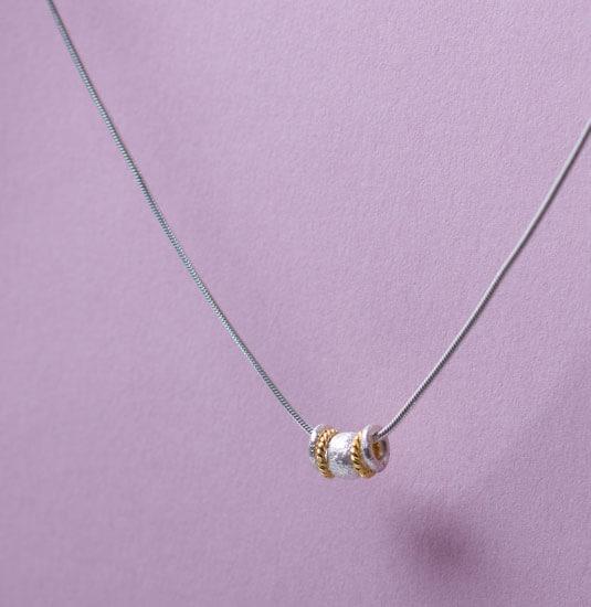 Silberkette mit Schmuckelementen in 925 Silber und Silber vergoldet. Ab 29Euro.