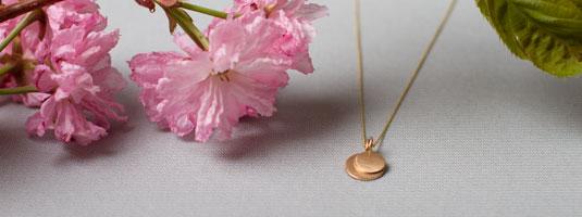 Zarte Halskette in Gold mit Plättchenanhängern. Anhänger in 14 Karat Gold ab 89 Euro