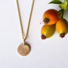 Goldkette mit Plättchenanhänger und graviertem Buchstaben