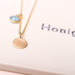 Goldkette mit 525er Goldplättchenanhänger mit Gravur auf Anfrage und Steinanhänger. Die schlichten Goldplättchen gibt es in den Durchmessern 8, 10 und 12 mm. Mehr dazu im Onlineshop.