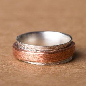 """Silberring mit einem Kupferring zum """"Spielen"""". Ein schönes Beispiel für unsere Auswahl an besonderen Ringen, die ihr in unserem Schmuckladen in Berlin Kreuzberg findet."""