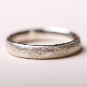Eheringe mit einer eismatten Oberfläche. In Silber, Gelbgold oder Rotgold.