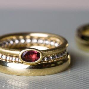 Hier zeigen wir dir einen Trauring in Gold mit einem Stapelring und einem Kügelchenring. Wir finden es schön wenn du dir einen schlichten Trauring aussuchst und ihn dann je nach Lust und Laune mal ganz schlicht trägst oder auch mal übereinander mit anderen schönen Ringen.