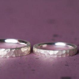 Trauringe in Silber, hier mit Höhen und Tiefen. Made in Berlin - Schmuckgraefin