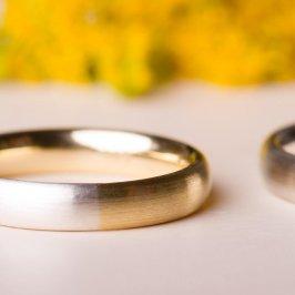 Ein kleines Stück von mir zu dir und umgekehrt. Bei diesen Trauringen setzen wir ein Stück deines Ringes in den des Partners ein - und umgekehrt. 925 Silber und 585 Gold, ist aber auch mit allen anderen Metallen möglich - Schmuckgraefin Berlin