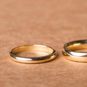 Trauringe ganz schlicht in 925 Silber. Oder Eheringe in Gold? 8Karat, 14Karat oder das wunderbare Gold mit 24Karat? Rotgold oder Platin? Schmal oder breit? Ganz nach eurem Geschmack - wir machen sie, eure Trauringe!