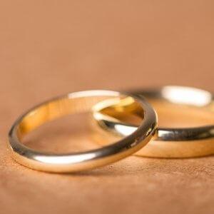 Du magst Silber und dein*e Partner*in Gold? Wir machen Trauringe die zu euch passen – manchmal sind die auch verschieden. Hauptsache es gefällt!