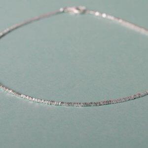 Die ganz besondere Silberkette mit kleinen aneinandergereihten quadratischen Scheiben. Die feine Silberkette ist mit dem passenden Silberarmband kombinierbar. 925 Silber