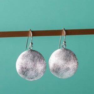 Runder Ohrhänger aus 925 Silber mit einer eismatten Oberfläche und sanft gewelltere Oberfläche.. Schlichtes, natürliches Design, das seinesgleichen sucht.