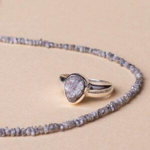 Diamant ungeschliffen. Kette und Ring. Schönes Understatement.