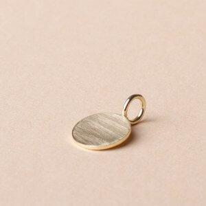 Kettenanhänger aus massivem 585 Gold. Sehr schön für eine persönliche Gravur oder ganz minimalistisch schlicht. Gibt's bei uns in 3 verschiedenen Größen. Ab 129€.