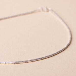 Zarte Silberkette mit aneinander gereihten runden Miniplättchen. 925 Silber. Ein dazu passendes Armband findet du auch bei uns.