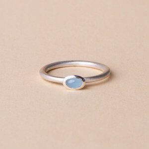 Kleiner feiner Ring aus Silber mit einem milchig blauen Aquamarin. Gibt´s auch in Gold. Einer unserer Bestseller als Verlobungsring. Diesen Ring passen wir nach dem Verschenken ganz genau auf die Ringgröße der Trägerin an.