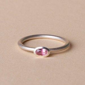Rosa Turmalinring aus 925 Silber. Ein schöner Verlobungsring, den es in verschiedenen Farben gibt.