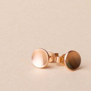 Rotgoldohrstecker in 585 Gold. Kleine feine Ohrstecker die sich wie eine kleine Schale an dein Ohrläppchen schmiegen. Schönes Basic Schmuckstück, besonders und sportlich, hochwertig und absolut alltagstauglich.