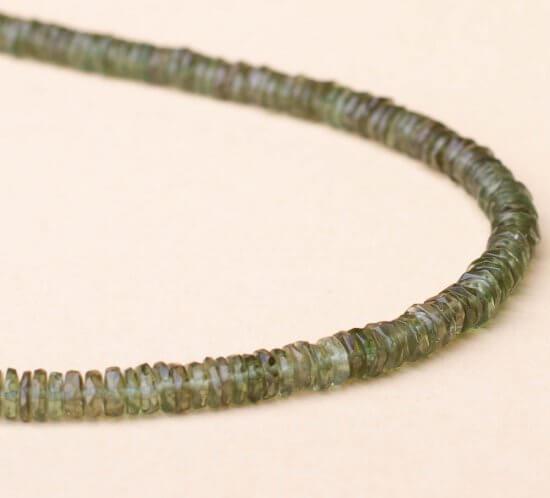 Halskette aus Moldavit. Edelsteine in Linsenform.