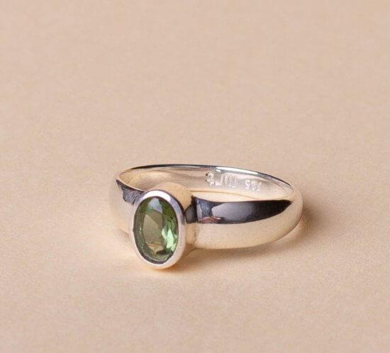 Silberring mit einem schönen facettierten ovalen Moldavitstein