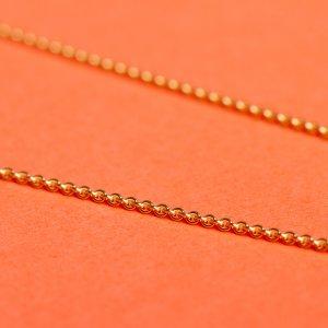 Feine Halsketten in ganz verschiedenen Längen und Ausführungen gibt's bei uns im Schmuckladen. Ob Erbsketten, Ankerketten oder Gliederketten, du findest sie bei uns in Kreuzberg im Laden in allen Längen und ganz verschiedenen Edelmetallen. 925 Silber und Silber vergoldet ebenso wie 9 Karat Gold oder 14 Karat Goldketten.