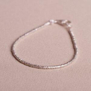 Armband aus 925 Silber. Kleine runde Minischeiben aneinandergereiht auf einem Edelstahldraht. Ganz fein und doch besonders.