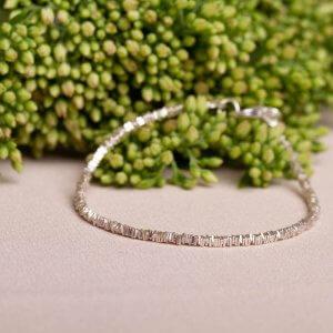 Silberarmband mit kleinen quadratischen Scheiben aneinandergereiht, 925 Silber. Ein feines Armband, das durch seine schlichte und doch besondere Form beeindruckt. Kombinierbar mit der passenden Halskette. Gibt's auch bei uns in Kreuzberg. Ab 79€