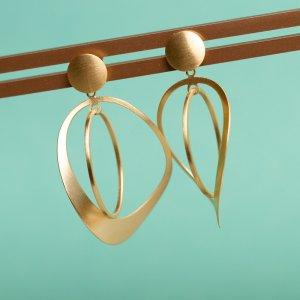 Magst du große goldene Ohrringe die schön leicht sind? Dann gefällt dir vielleicht dieses Modell: Zwei unterschiedlich große Ringe schwingen sanft hin und her und hängen mit einem goldenen Plättchenstecker am Ohr.