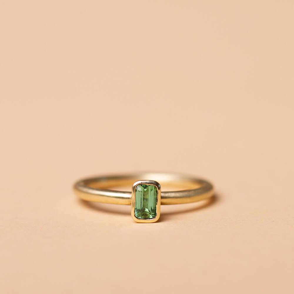 Goldring als Stapelring mit rechteckigem Stein. Der Stein ist ein Turmalin, rechteckig. Diese Ringe machen wir in Silber und in Gold, mal ist der Stein quer und mal längs gefasst.