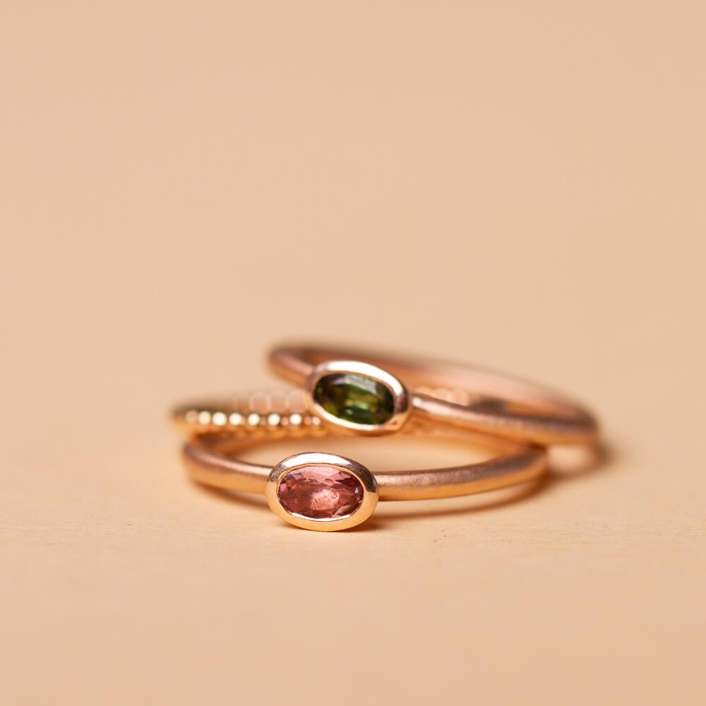 Ring mit Turmalin in rosa oder grün.