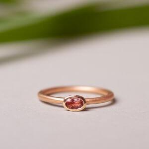 Turmalinring aus 14 Karat Rotgold. Als Verlobungsring, zum Kombinieren oder allein als dein neuer Lieblingsring. Verfügbar aus verschiedenen Edelmetallen und mit verschiedenen Steinen.